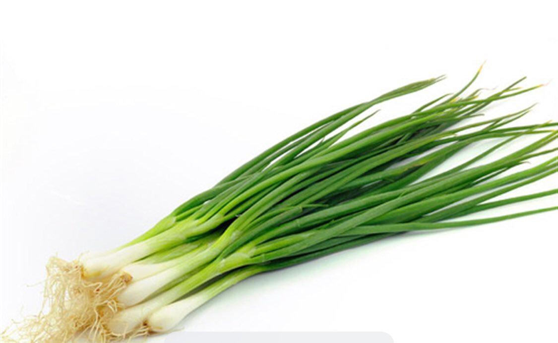 Лук зеленый с корешками